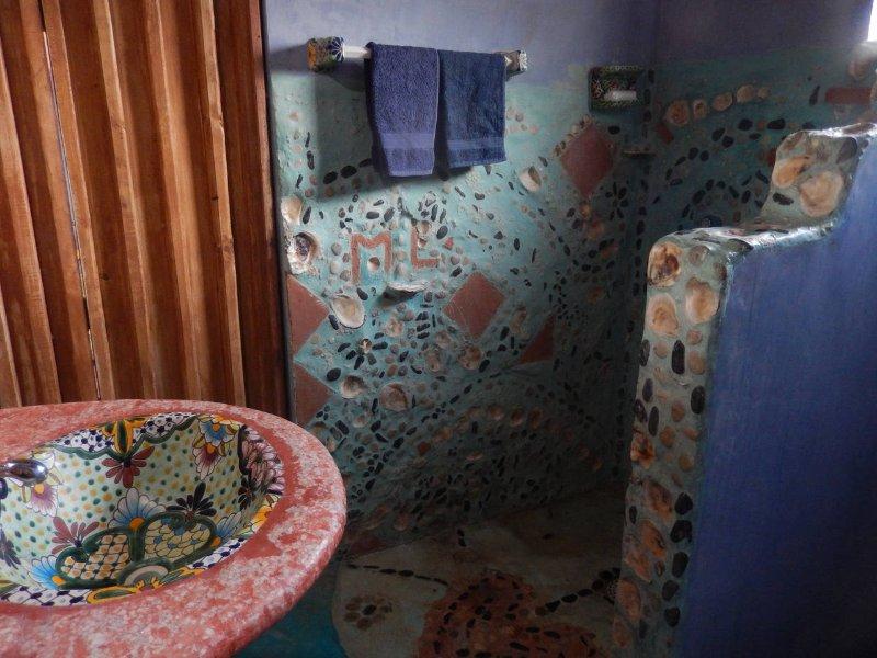 gelet op de handgemaakte rock en shell betegelde douche en badkamer
