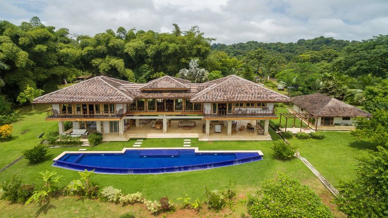 Este lujoso chalet de montaña conjunto de 5 acres privados con piscina