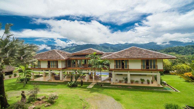 La entrada a este 5000 metros cuadrados, pies, villa privada de montaña