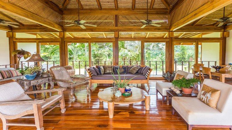 Hermosa sala de estar abierta con un montón de sentarse.