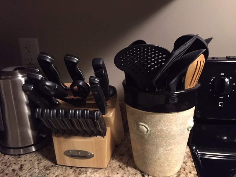 Facas e utensílios de cozinha.