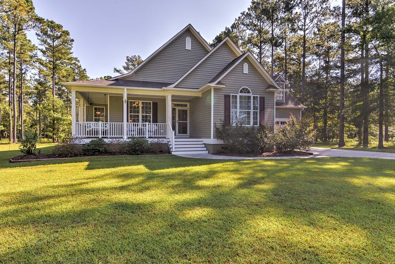 Oriental House on 1 Acre w/ Wraparound Porch!, holiday rental in Grantsboro