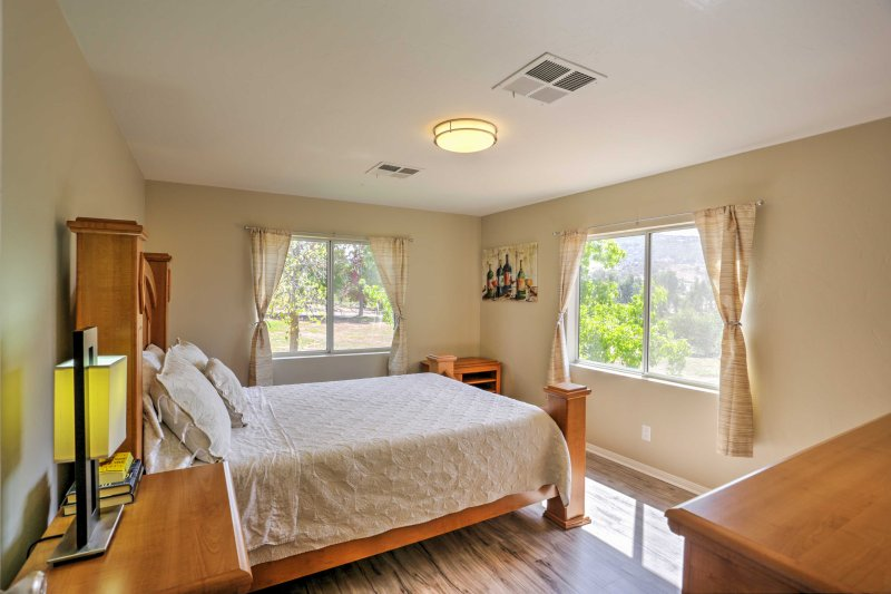 Wake up feeling refreshed after a full night's rest in this queen-sized bed.