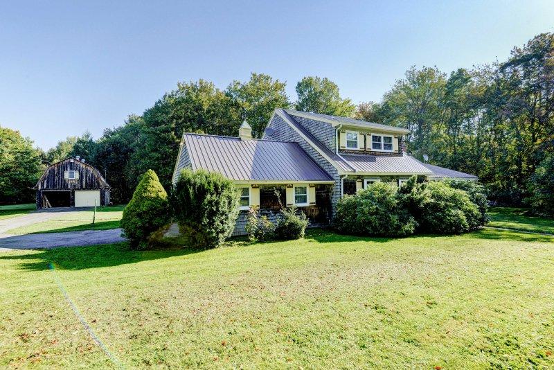 La paix et la vie privée attendent sur la vaste propriété avec une belle pelouse verte.