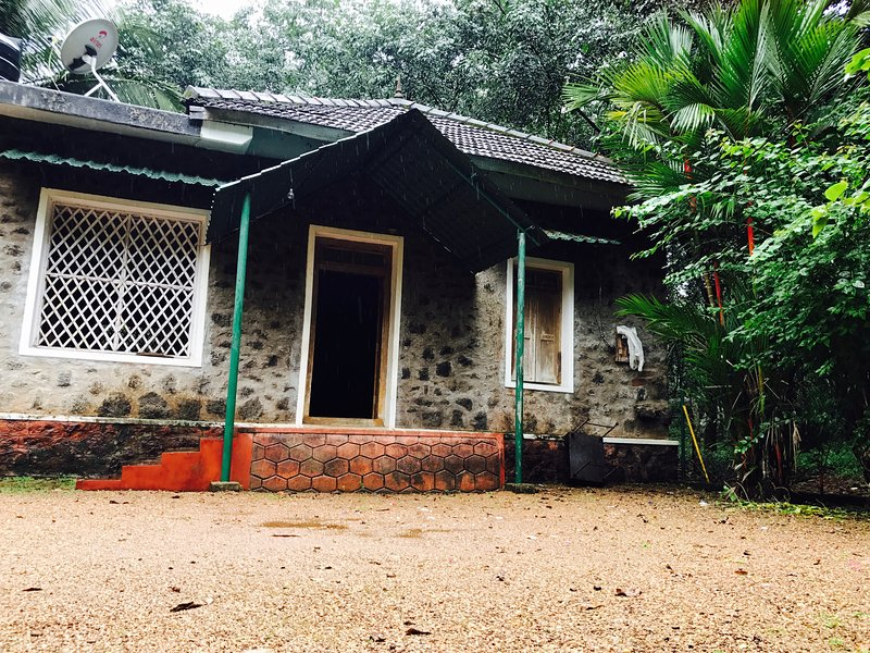 Denner's Villa -A century old farm house, vacation rental in Punalur