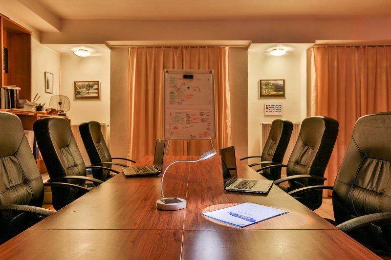 espacio abierto esquina Coworking preparado para diversos busiess y reuniones creativas