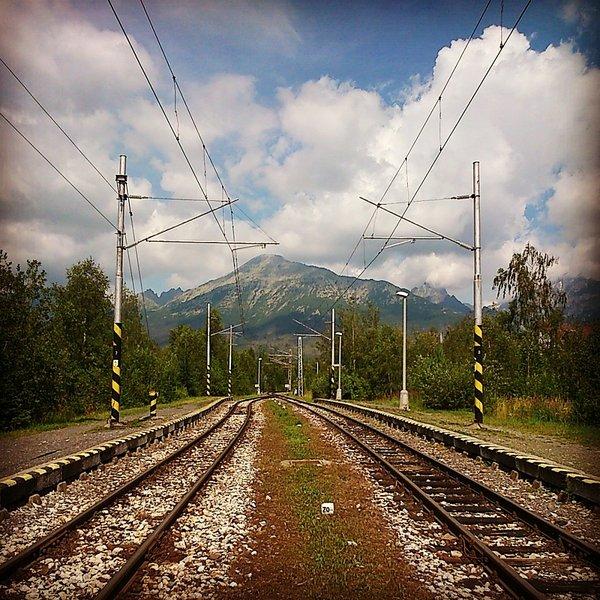 """Sólo 5 minutos a pie se encuentra la estación de tranvía eléctrico Tatry """"lesom Pod"""". Se le lleva a las principales atracciones."""