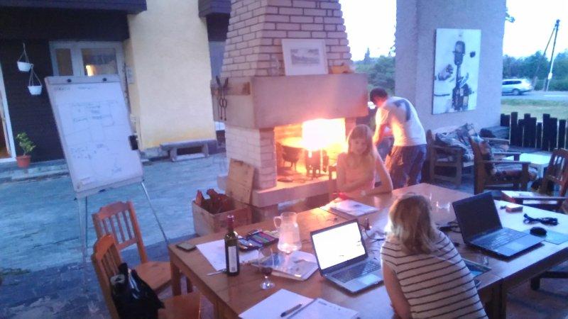 reuniones creativas en terasse exterior cubierta con chimenea.