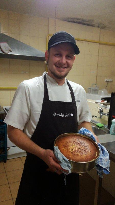 Nuestro chef a tiempo parcial es profesional para preparar especialidades de bio-comida local