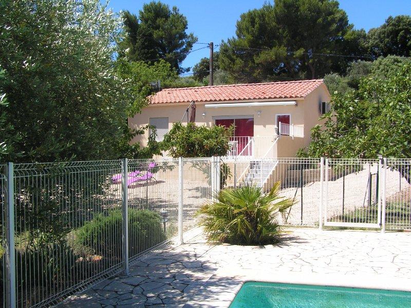 Gîte aux écureuils - 4 personnes - piscine vue sur le Ventoux, holiday rental in Saint Saturnin les Avignon