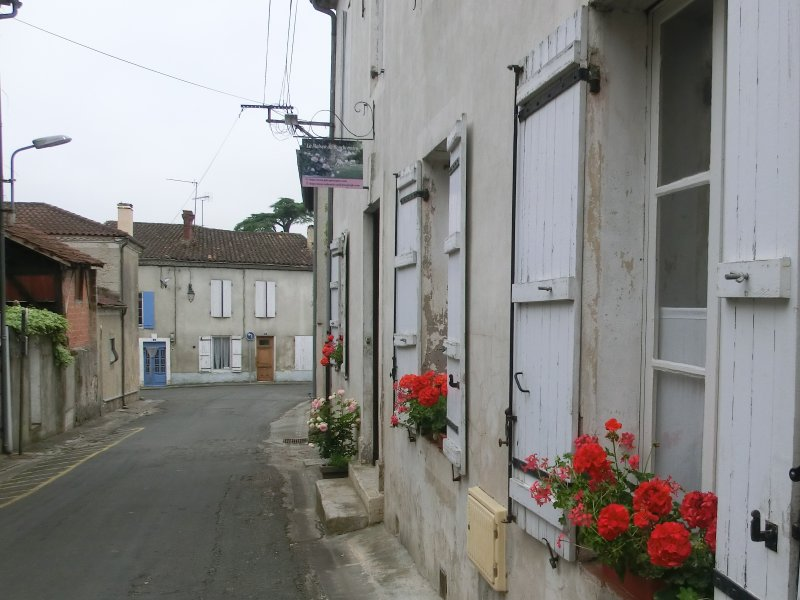 Facade on a quiet street and the entrance to the cottage