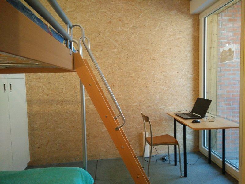 Bedroom 2: Workplace
