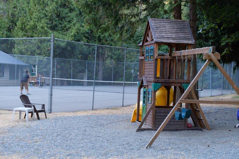 campo de ténis e parque infantil