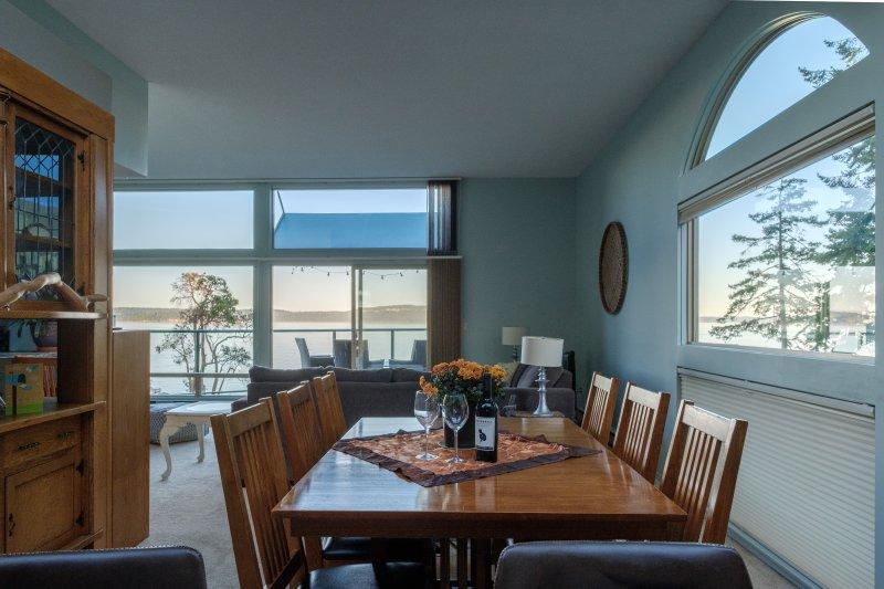 Vista da sala de jantar e cozinha
