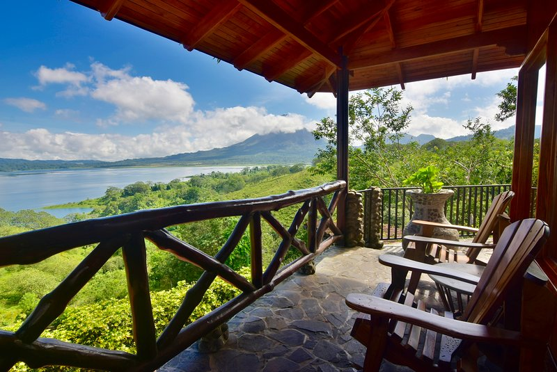 Luxury Cottage w/ sweeping views of the Volcano & Lake. Pool and Hot Tub access., holiday rental in El Castillo