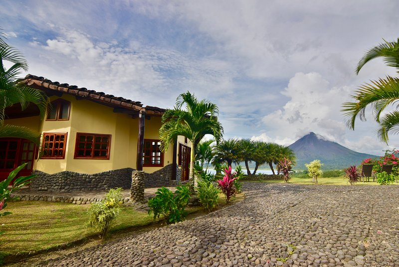 Luxury home w/ fantastic views of Lake & Volcano. Pool & Hot Tub access., holiday rental in Arenal Volcano National Park