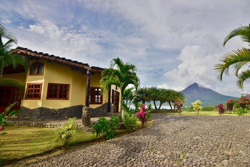 Luxury home w/ fantastic views of Lake & Volcano. Pool & Hot Tub access., alquiler de vacaciones en Parque Nacional Volcán Arenal
