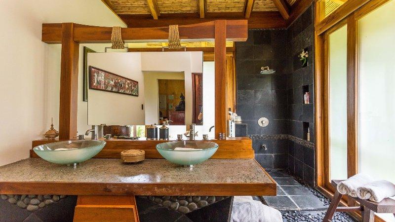 Baño principal con una decoración exquisita detallada todo por su experiencia de vacaciones