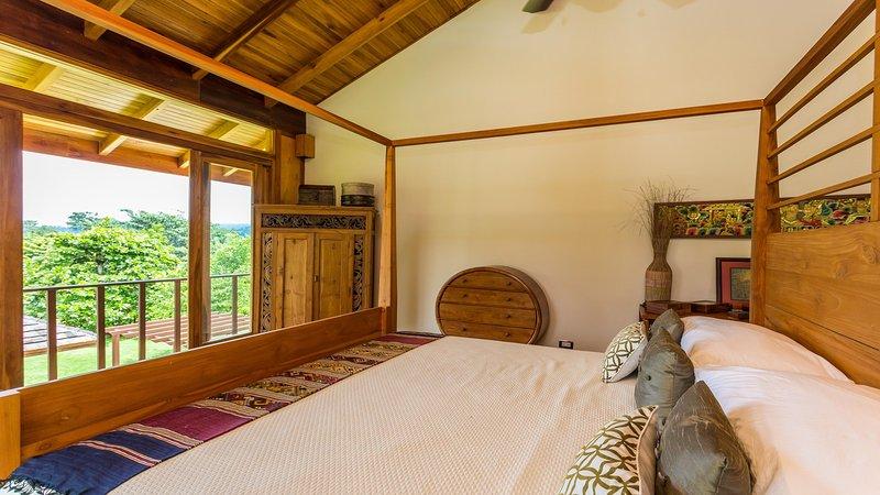 Rey dormitorio con balcón privado a todos los puntos de vista que uno quiere en vacaciones