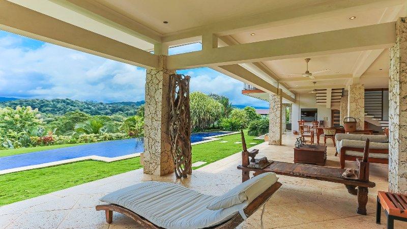 La única patio de la planta baja con vistas impresionantes y acceso a la piscina privada