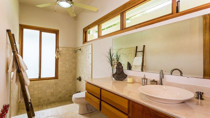 baño de invitados con encimera de granito-top