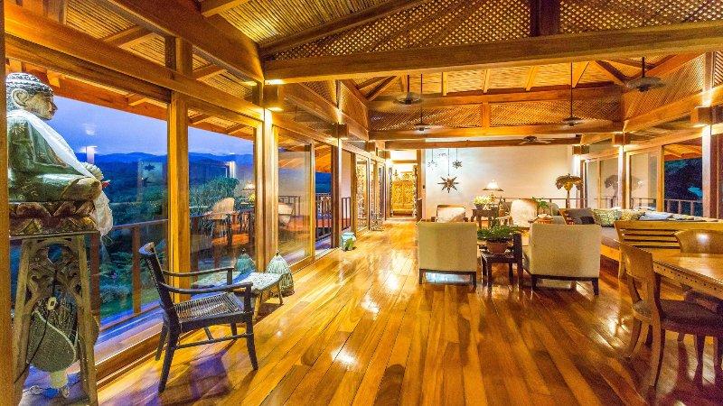 La construcción de madera preciosa brilla por la noche en la sala de estar