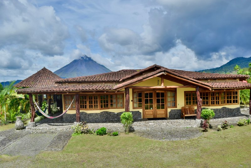 Wide Luxury Home w/ fenomenal views of Arenal Lake & Volcano. Pool & Jacuzzi., holiday rental in Arenal Volcano National Park