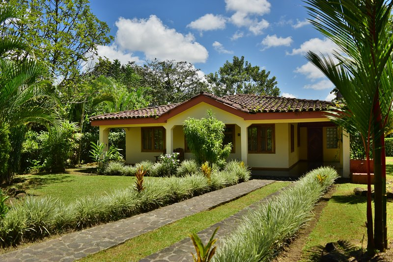 Casa Mirador... Beautiful views in the heart of the Village!, holiday rental in El Castillo
