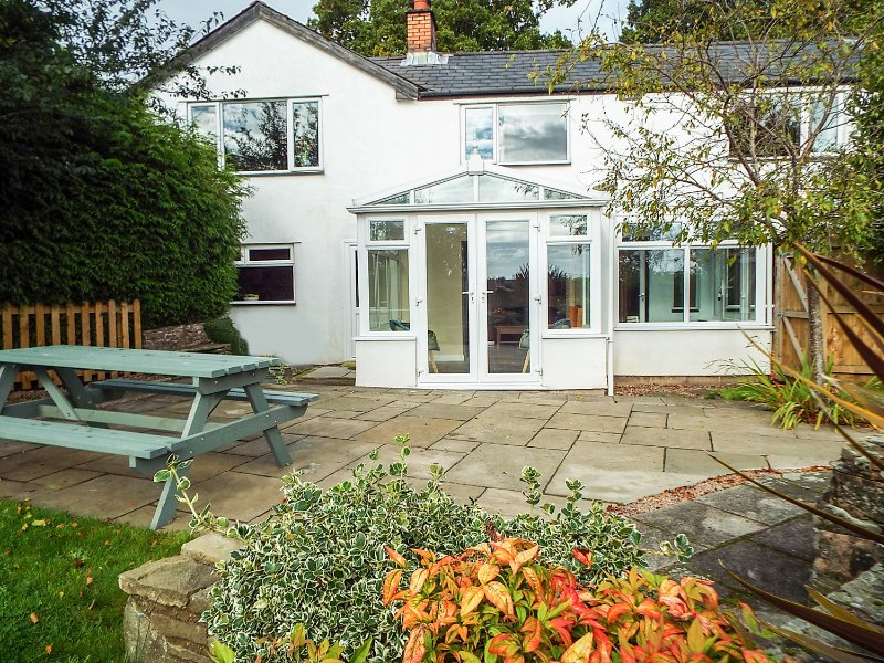 PIPPINS, woodburning stove, stunning countryside views, conservatory, Ref 966511, holiday rental in Forest of Dean