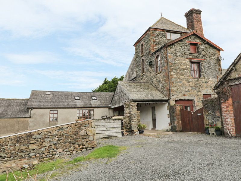 TOWER COTTAGE, family-friendly, character holiday cottage, with a garden, in, holiday rental in Millom