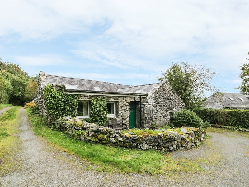 TY CERRIG, pet friendly, character holiday cottage with a garden in Llanbedr, location de vacances à Llanbedr
