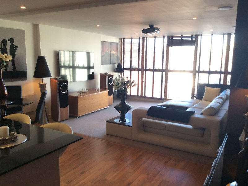 5* LUXURY 1300 Sq ft 2 Bed 2 Bath - City Centre (Canalside) - 27 mins to London, casa vacanza a Reading