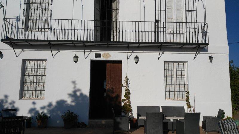 Fachada frontal de la casa, puerta con inscripción del año 1.872 en que se construyó.