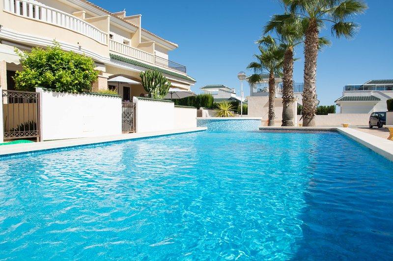 Maison de deux chambres avec trois piscines pour les personnes qui aiment le soleil et la paix.