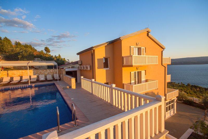 Villa Ana y zona de la piscina con 10 tumbonas, ducha