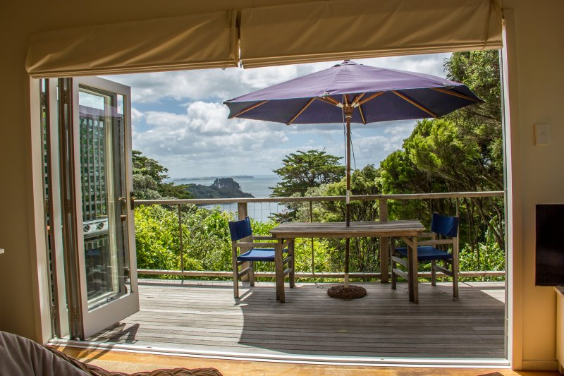 Little Treasure, ocean view, peace and privacy. Sound of the waves & some magic., vacation rental in Waiheke Island