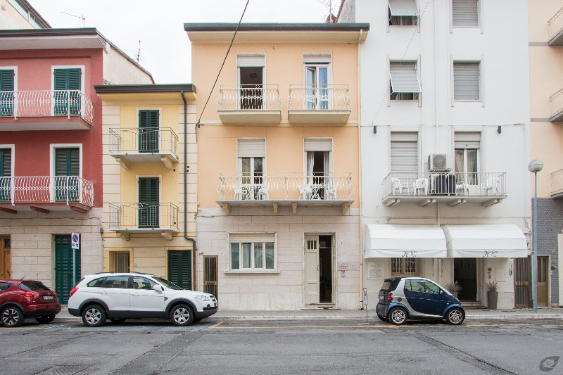 10 people in 5 rooms house with 5 bathroom two steps from beach, vacation rental in Viareggio