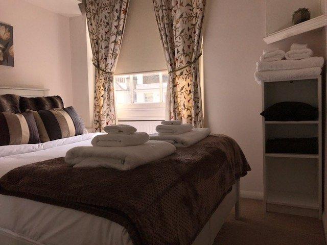 acogedor dormitorio agradable ropa y toallas