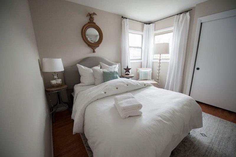 Luxurious Lakeside Lower 3 Bedroom Duplex, holiday rental in Racine