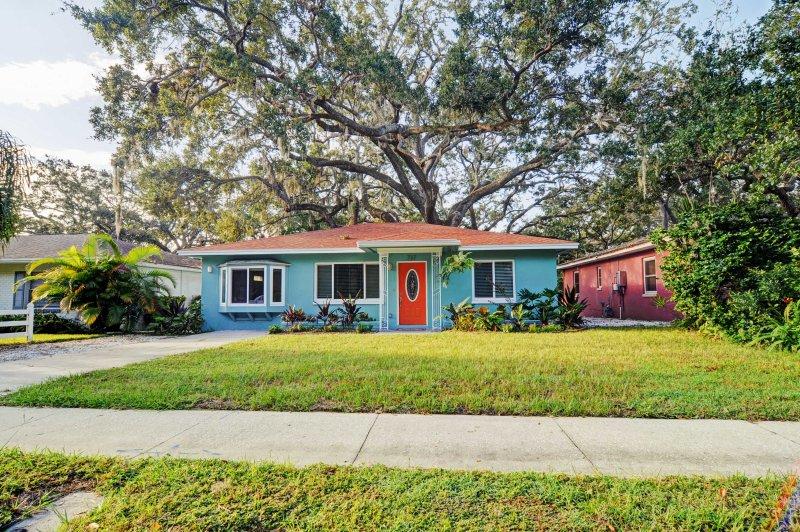 Situado a lo largo de las calles de ladrillo rojo de un tranquilo barrio histórico, esta casa acoge a 6 personas a su escape perfecto estado del sol.