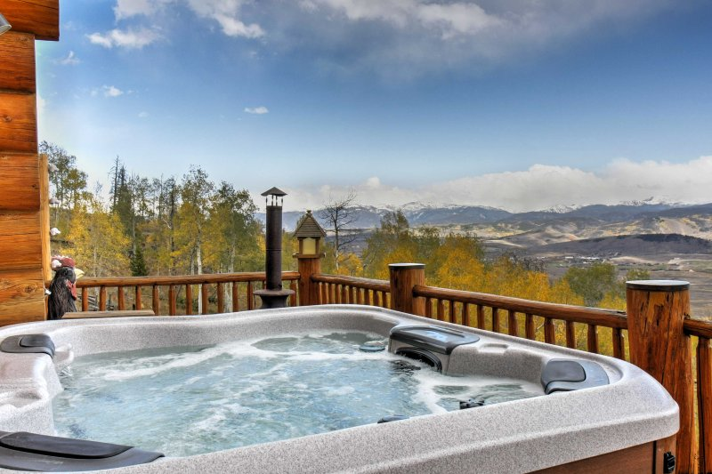 Secluded Granby Home w/Mtn Views & Private Hot Tub, holiday rental in Parshall