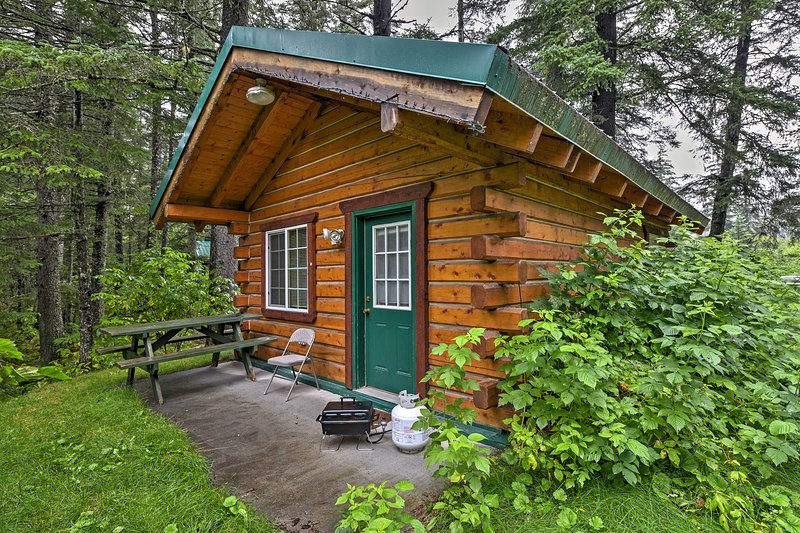 Head out on an Alaskan adventure from this vacation rental cabin.