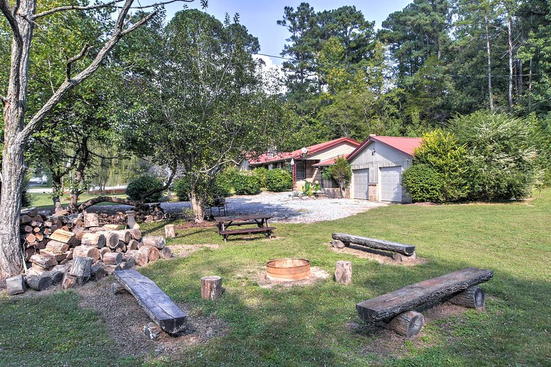 Vintage House w/ Fire Pit < 6 Mi To Kentucky Lake!, holiday rental in Dover
