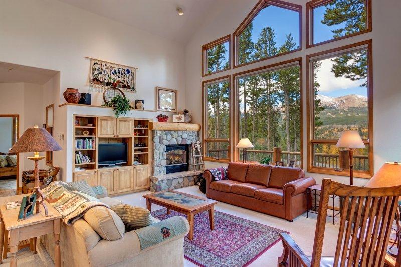 Entspannen Sie sich und den Gas-Kamin im geräumigen Wohnzimmer genießen