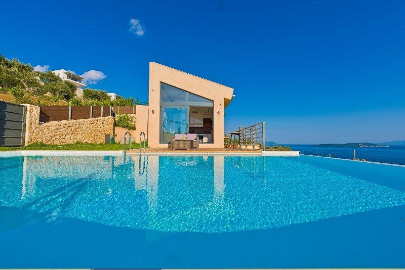 3-bedroom luxury villa with amazing view, holiday rental in Evgiros