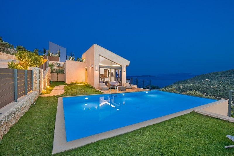 The 3-bedroom villa of your dreams with spectacular views ,tennis and pool, location de vacances à Sivota