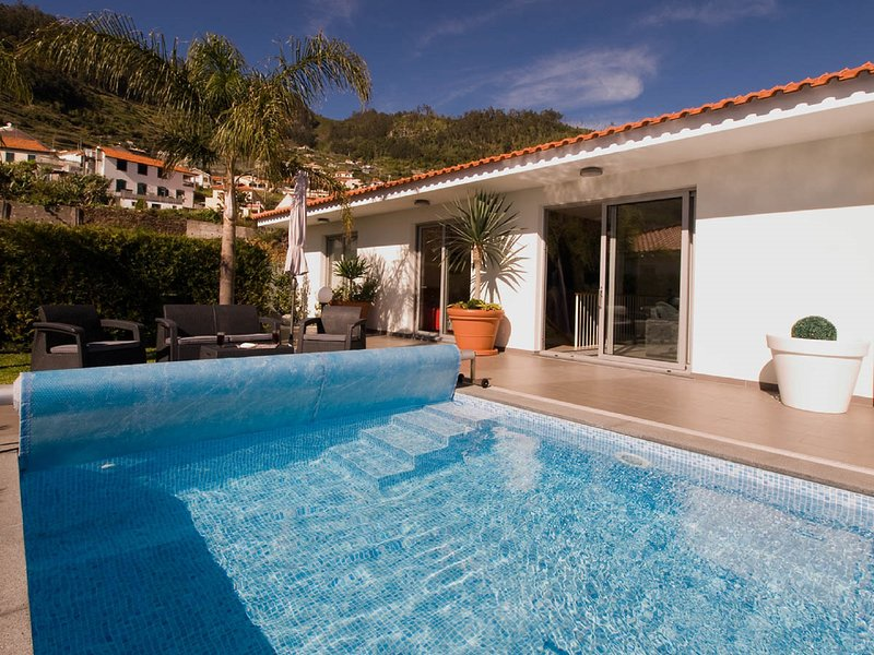 Blue Nature Villa - Heated Pool, A/C, Jacuzzi, location de vacances à Calheta