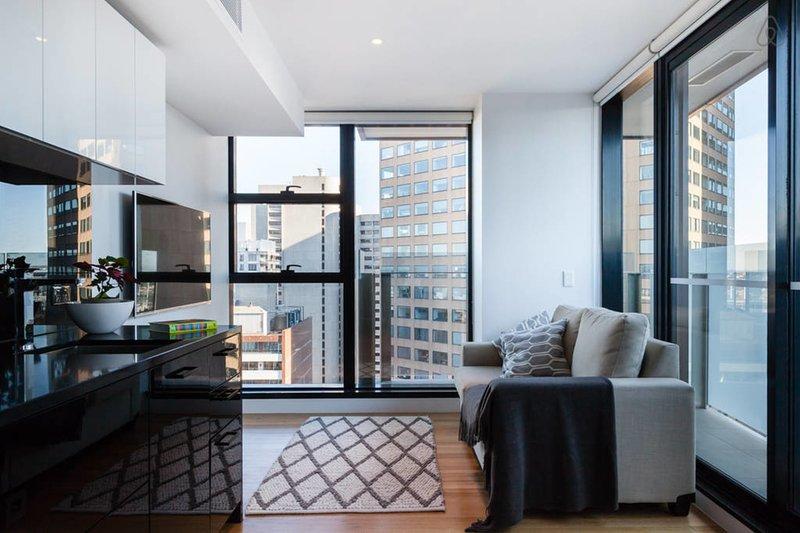 Logan, 2BED Sky-High SUPER Central, holiday rental in Melbourne