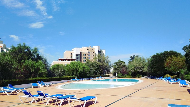 Best Welcome Apartment: POOL, closed PARKING & Garden! Next DOWNTOWN!, vacation rental in Barreiro