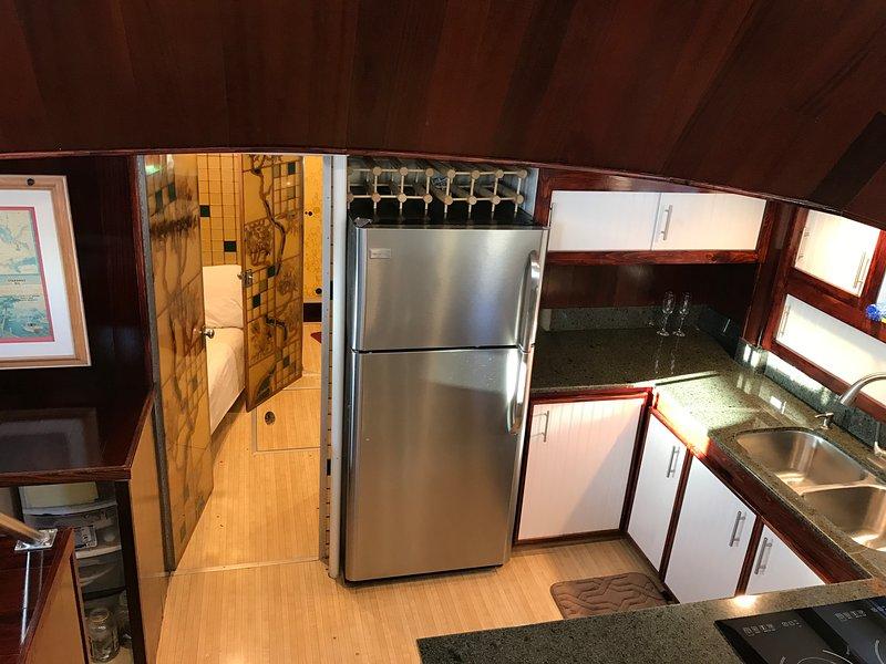 Cuisine menant à la deuxième chambre avec lits superposés et salle de bains / douche